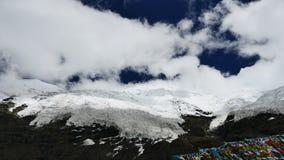 Pico coronado de nieve del glaciar y cielo azul con las nubes en las montañas Tíbet de Himalaya almacen de metraje de vídeo