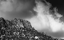 Pico da cordilheira coberto com as nuvens dramáticas Imagem de Stock Royalty Free