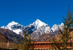 Pico da neve na beira de Tibet-Nepal Imagem de Stock