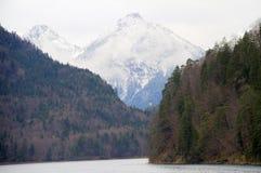 Pico da tampa de neve com lago Fotografia de Stock