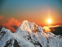 Pico de Alpamayo em sunset1 imagens de stock royalty free