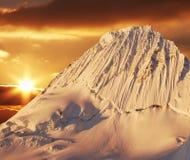 Pico de Alpamayo en puesta del sol Foto de archivo libre de regalías