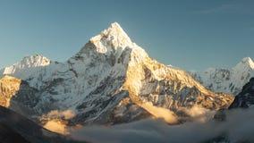 Pico de Ama Dablam los 6856m cerca del pueblo de Dingboche en el área de Khumbu de Nepal, en la pista de senderismo que lleva a almacen de video