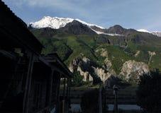 Pico de Annapurna III según lo visto de una casa de campo que hace excursionismo Fotos de archivo libres de regalías