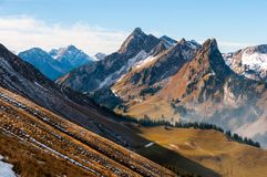 Pico de Chörblispitz e o vale do Jaunbach, no cantão de Fribourg, Prealps suíço fotos de stock royalty free