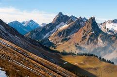Pico de Chörblispitz y el valle del Jaunbach, en el cantón de Fribourg, Prealps suizo fotos de archivo libres de regalías
