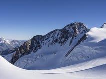 Pico de Dufour em um dia ensolarado com céu azul, Monte Rosa, cumes, Ital Fotos de Stock