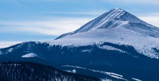 Pico de Guyot da montagem, com céu azul e nuvens atrás fotos de stock