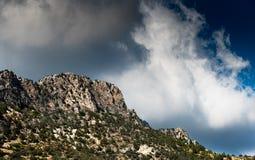 Pico de la cordillera cubierto con las nubes dramáticas Fotos de archivo