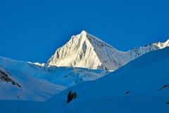 Pico de la nieve cerca de Drass en la manera al paso de ZojiLa, Kargil-Ladakh, Jammu y Cachemira, la India imagen de archivo libre de regalías