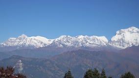 Pico de la nieve de la montaña de Dhaulagiri en el Himalaya en Nepal Visión desde Poon Hill almacen de metraje de vídeo