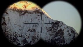 Pico de la nieve de la montaña de Dhaulagiri en la salida del sol en el Himalaya en Nepal visto a través de los prismáticos El ca almacen de metraje de vídeo