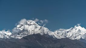 Pico de la nieve de la montaña de Dhaulagiri en la salida del sol entre las nubes de mudanza en el Himalaya en Nepal Timelapse almacen de metraje de vídeo