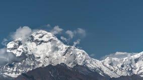 Pico de la nieve de la montaña de Dhaulagiri en la salida del sol entre las nubes de mudanza en el Himalaya en Nepal Timelapse almacen de video
