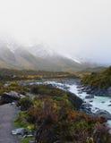 Pico de las montañas cubiertas por la niebla gruesa Imagen de archivo