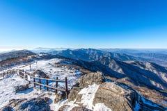 Pico de las montañas de Deogyusan con niebla de la mañana en el invierno, Ko del sur imagen de archivo libre de regalías