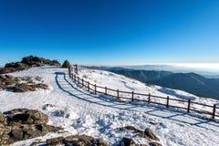 Pico de las montañas en invierno, Corea de Deogyusan imagenes de archivo