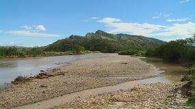 Pico de montaña con el río almacen de video