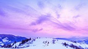 Pico de montaña con el soplo de la nieve por el viento Paisaje del invierno Día frío, con nieve almacen de video