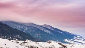 Pico de montaña con el soplo de la nieve por el viento Paisaje del invierno Día frío, con nieve almacen de metraje de vídeo