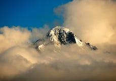 Pico de montaña con la cubierta de nube debajo de ella. Foto de archivo libre de regalías