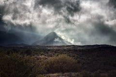 Pico de montaña con niebla y niebla imágenes de archivo libres de regalías