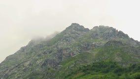 Pico de montaña cubierto en nubes, hermosa vista, time lapse almacen de metraje de vídeo