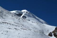 Pico de montaña cubierto por los glaciares y la nieve fotos de archivo libres de regalías