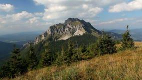 Pico de montaña de Eslovaquia Rozsutec - lapso de tiempo metrajes