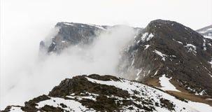 Pico de montaña de niebla rocoso timelapse 4K almacen de video