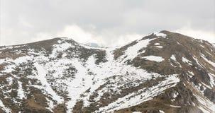 Pico de montaña de niebla rocoso timelapse 4K metrajes