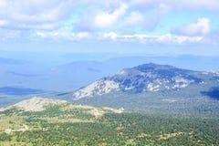 Pico de montaña debajo de la sombra de las nubes Fotos de archivo
