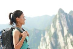 Pico de montaña del caminante de la mujer Imágenes de archivo libres de regalías