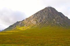 Pico de montaña del otoño con las nubes Imagen de archivo libre de regalías