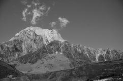 Pico de montaña en blanco y negro Imagenes de archivo