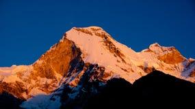 Pico de montaña en la puesta del sol Perú foto de archivo