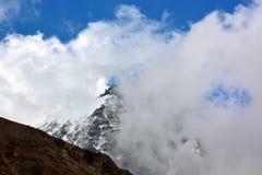 Pico de montaña en las nubes Foto de archivo libre de regalías