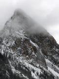Pico de montaña en nube Imagenes de archivo