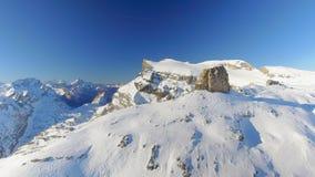 Pico de montaña expuesto en apagado un Piste Ski Area Parallax Effect almacen de video