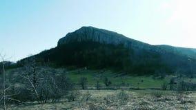 Pico de montaña hermoso, tiempo del otoño almacen de video