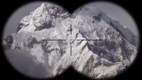 Pico de montaña de la nieve entre las nubes móviles en el Himalaya en Nepal visto a través de los prismáticos El caminar, alpinis almacen de metraje de vídeo