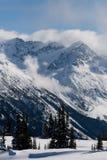 Pico de montaña nevado imagenes de archivo