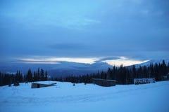 Pico de montaña Nevado en el crepúsculo Imagen de archivo libre de regalías