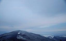 Pico de montaña Nevado por la mañana Fotos de archivo