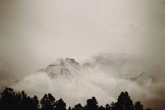 Pico de montaña ocultado Imagen de archivo