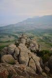 Pico de montaña rocosa, vista superior del valle Fotografía de archivo