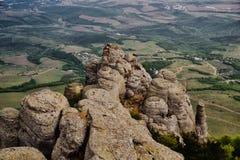 Pico de montaña rocosa, vista superior del valle Fotos de archivo