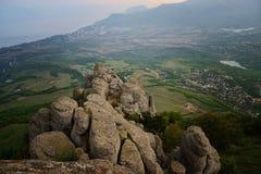 Pico de montaña rocosa, vista superior del valle Imágenes de archivo libres de regalías