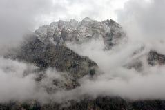 Pico de montaña rugoso cubierto en nubes de tormenta Imagenes de archivo
