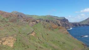 Pico de montaña sobre el océano en Madeira Fotos de archivo